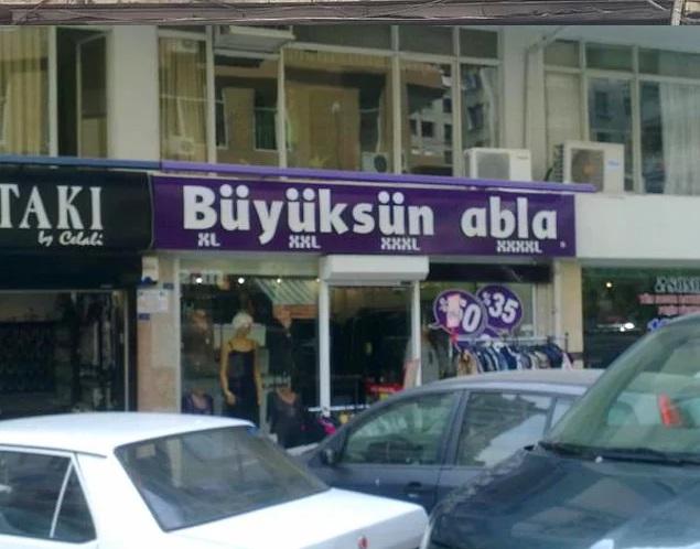 Büyüksün abla! (Büyüksün kun je tegen iemand zeggen waar je ontzag voor hebt vanwege hun prestaties of intellectuele vaardigheden). In dit geval verwijst het vooral naar de letterlijke betekenis ervan (Je bent groot) voor een PlusSize kledingwinkel.