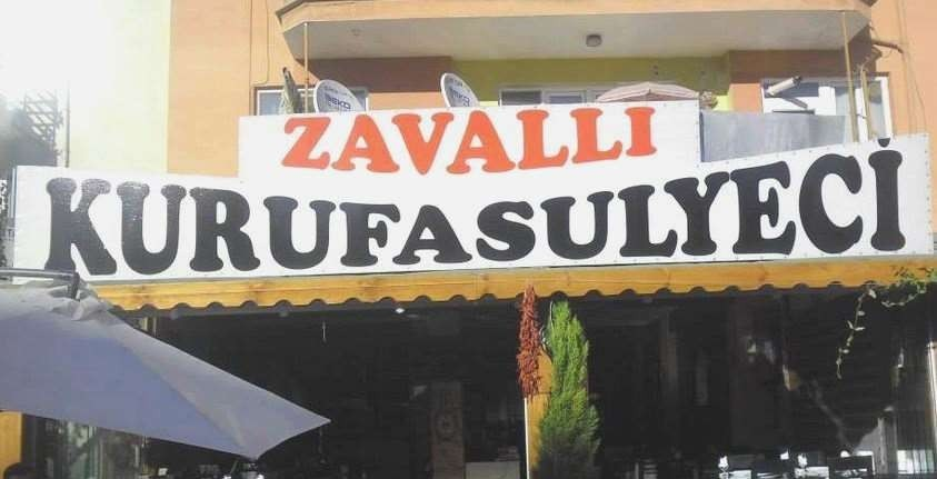 Zavalli Kurufasulyeci (Zavalli betekent arm of armoedig). Kurufasulye of droge bonensoep werd gezien als de luxe-maaltijd van de onderklasse van de samenleving. Tegenwoordig een delicatesse voor iedereen. Noem het Le Kuru en sla die bekende voetballer of artiest om de oren met een rekening van honderd lira!