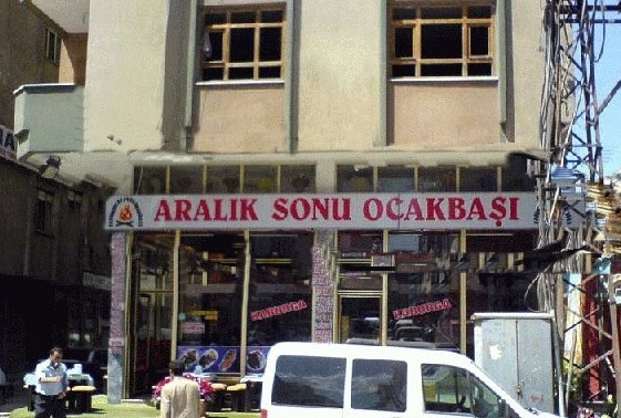 """Aralik sonu Ocakbasi (Next-level creatieve stuff). Aralik is een verwijzing naar de maand december, maar ook naar aralik (visite/uitgaan) sonu betekent einde. Ocakbasi betekent bij het fornuis. Maar wanneer je het ontleedt naar Ocak en basi, wordt het ineens begin januari. Letterlijk genomen zou je kunnen zeggen dat het restaurant """"Eind december, begin januari"""" of """"Visite einde, aan het fornuis"""" heet."""