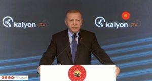 De Turkse president Erdogan spreekt bij de opening van een zonnepanelenfabriek in Turkije