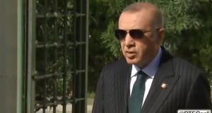 President Erdogan staat journalisten te woord na het vrijdaggebed. Onderwerp van het gesprek zijn onder andere de tests met de S-400 luchtverdedigingssystemen.